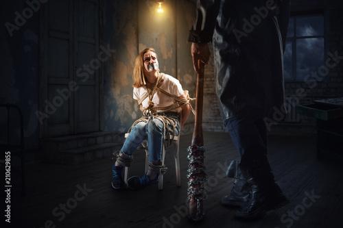 Maniak z kijem baseballowym stojącym przed ofiarą