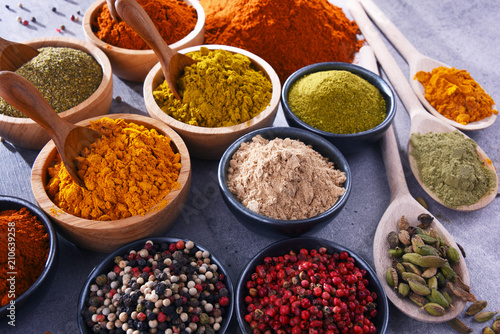 Poster Aromatische Variety of spices on kitchen table