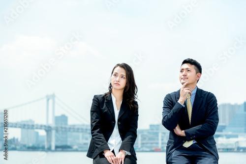 ビジネスイメージ・遠くを見つめる男女