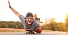 Rentnerpower Auf Skateboard überglücklich