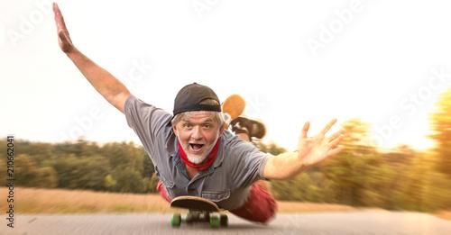 Fotografie, Obraz  Rentnerpower auf Skateboard überglücklich