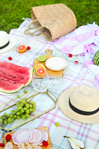 Poster Picknick Picnic background with white wine on green grass