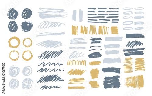 Pakiet kolorowych pociągnięć pędzlem, ślady farby, plamy, rozmazy, plamy, kulas na białym tle. Zestaw elementów projektu ciągnione szary i żółty. Artystyczna wektorowa ilustracja.