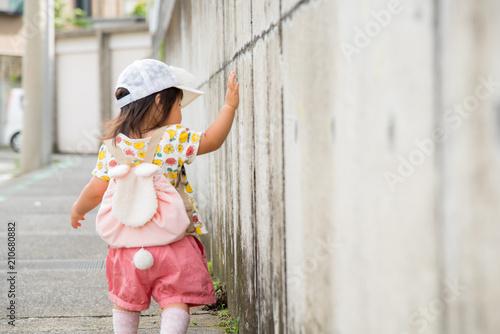 Fotografía  壁を触る子供の手