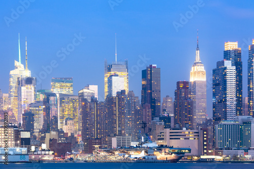 Staande foto New York City Skyline of midtown Manhattan at night, New York City, NY, USA