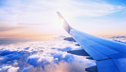 latanie i podróże, widok z okna samolotu na skrzydle w czasie zachodu słońca