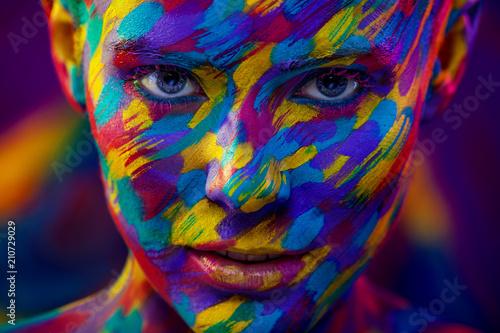 portret-jaskrawa-piekna-kobieta-z