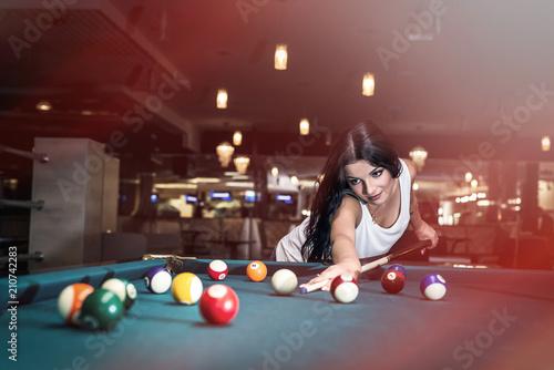 Cuadros en Lienzo Beautiful brunette woman playing billiard in pub