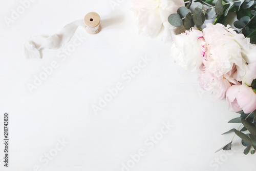 Foto  Feminine wedding or birthday table composition with floral bouquet