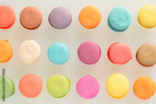 In de dag Macarons Colorful french macarons on gray background.