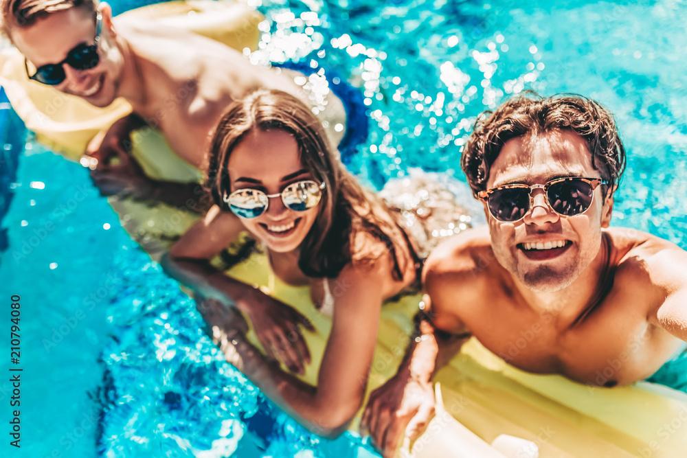 Fototapeta Young friends in swimming pool