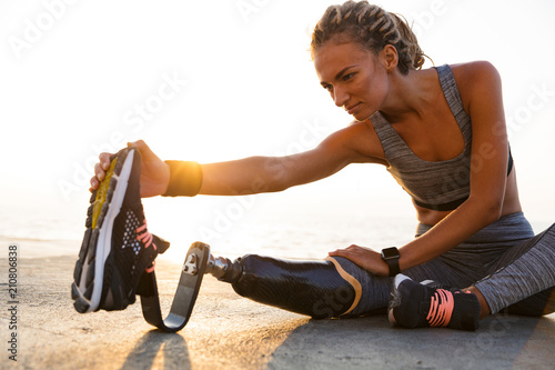 Photo  Cropped image of concentrated disabled athlete woman