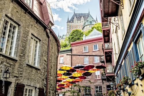 Fototapeta premium Wiele parasoli na ulicy Petit Champlain w mieście Quebec w Kanadzie