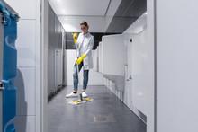 Klofrau Oder Putzfrau Reinigt Urinal In Herrentoilette