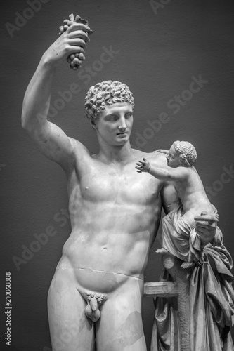 Statue with grapes, classical pose, original more than 1600 years old Fototapet
