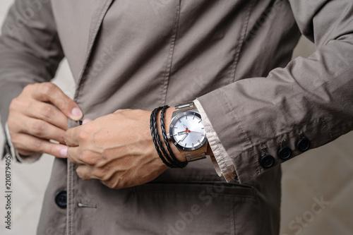 Carta da parati bracelets on the wrist