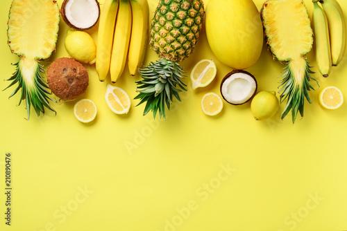 swieze-organicznie-zolte-owoc-nad-pogodnym-tlem-monochromatyczny-pojecie-z-bananem-koksem-ananasem-cytryna-melonem-widok