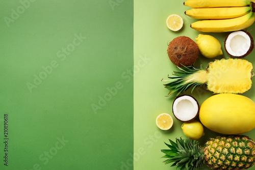 swieze-organicznie-zolte-owoc-nad-zielonym-tlem-monochromatyczny-pojecie-z-bananem-koksem-ananasem-cytryna-melonem-widok