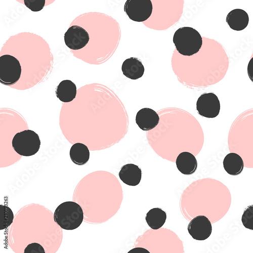 wzor-z-rozowo-czarnymi-kropkami-na-bialym-tle