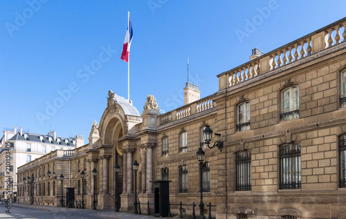 Papiers peints Con. ancienne View of entrance gate of the Elysee Palace from the Rue du Faubourg Saint-Honore. Elysee Palace - official residence of President of French Republic .