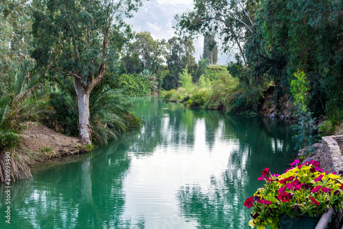 Foto Israel, the Jordan River - December 5, 2016: according to the Gospel, Jesus Chri
