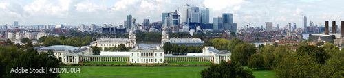 Keuken foto achterwand Kangoeroe Skyline of the Canary Wharf business district of London. The Royal Naval College is in the foreground.