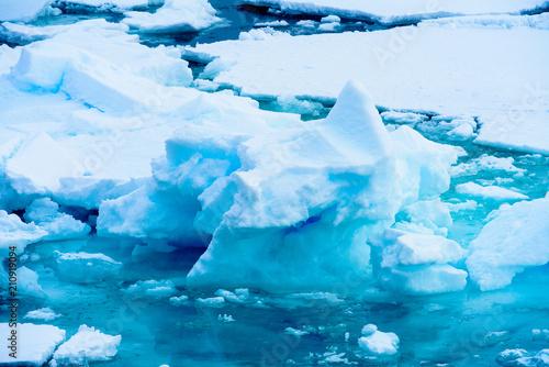 Foto op Aluminium Fantasie Landschap Small iceberg on the water in Arctic
