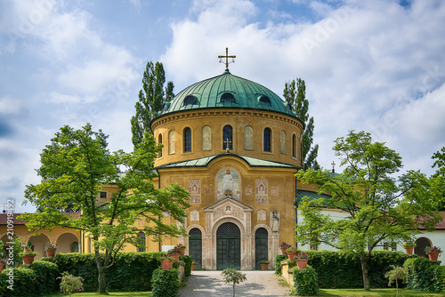 Spoed Foto op Canvas Begraafplaats Munich, Germany - June 09, 2018: Chapel of famous West cemetery of Munich, Germany with historic gravestones