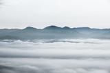 morze chmur nad lasem, czarno-białe odcienie w minimalistycznej fotografii - 210936885