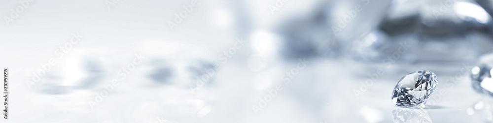 Fototapety, obrazy: Diamant auf weiß mit Spiegelung vor weißem Hintergrund, mehrere Diamanten in der Unschärfe, Edelsteine mit Textfreiraum
