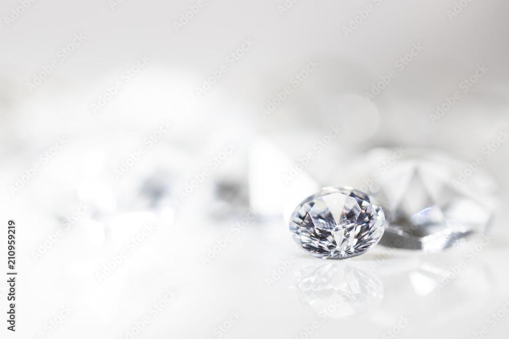 Fototapeta Diamant auf weiß mit Spiegelung vor weißem Hintergrund, mehrere Diamanten in der Unschärfe, Edelsteine mit Textfreiraum