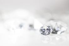 Diamant Auf Weiß Mit Spiegelu...