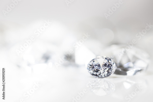 Fototapeta Diamant auf weiß mit Spiegelung vor weißem Hintergrund, mehrere Diamanten in der Unschärfe, Edelsteine mit Textfreiraum obraz
