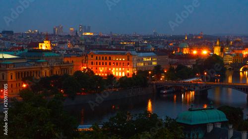 Plakat Nocne widoki Pragi na miasto.