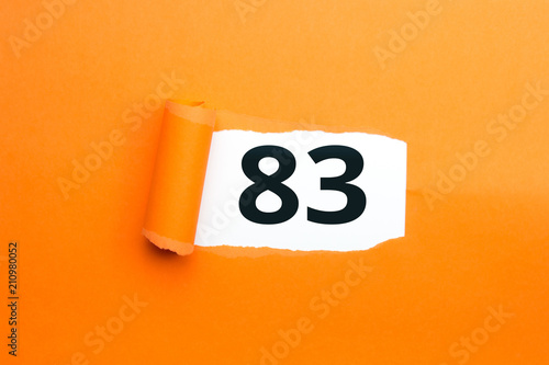 Papel de parede  Zahl dreiundachtzig - 83 verdeckt unter aufgerissenem orangen Papier