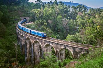 Vlak na mostu s devet luka na Šri Lanki. Prekrasna željeznička pruga u brdskoj zemlji. Stari most na Cejlonu.