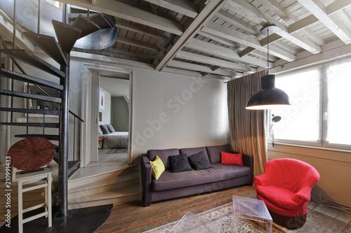 Fototapeta intérieur appartement avec escalier tournant central