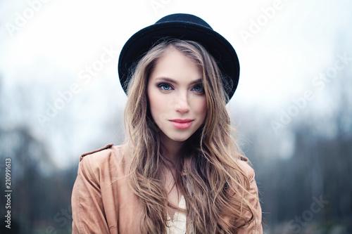 Fotografia  Beautiful young woman outdoors in park