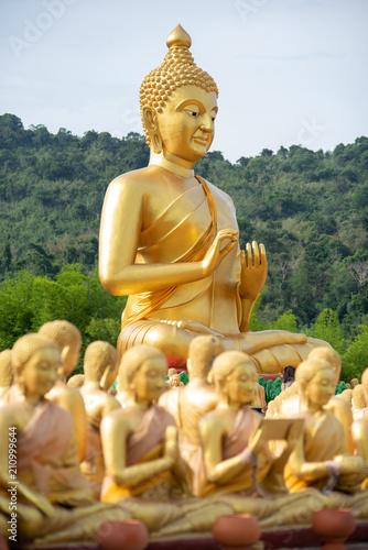 Foto  Big golden buddha statue
