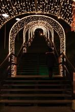 Ozdobny Korytarz Z Dekoracji świetlnych Na Schodach