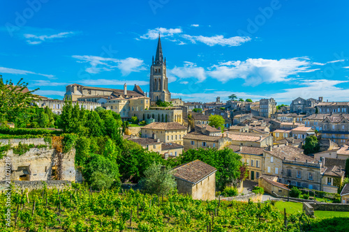 Canvas Print Aerial view of French village Saint Emilion dominated by spire of the monolithic