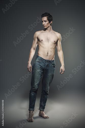 In de dag Akt athletic man in jeans
