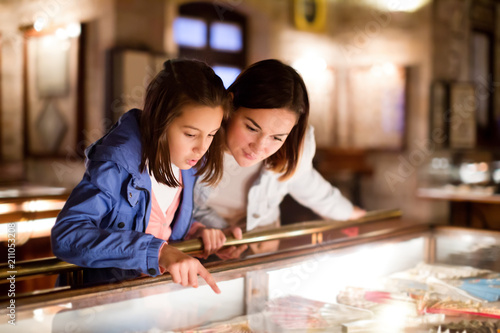 Papel de parede Mother and daughter pointing at sight during