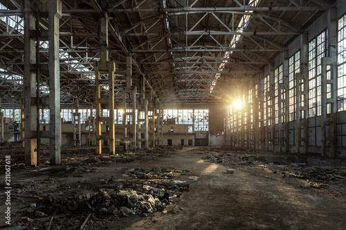 Papiers peints Les vieux bâtiments abandonnés Sunlight of sunset in large abandoned industrial building of Voronezh excavator factory