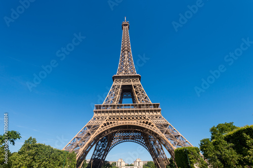 Photo  Eiffel Tower from the Champ de Mars gardens in summer (Paris, France)