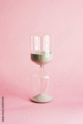 Foto op Canvas Alcohol hourglass on pink background