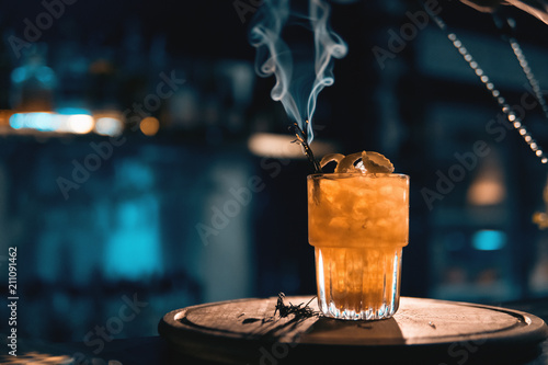 Fotomural  scottish bee cocktail with smoke on blue background;