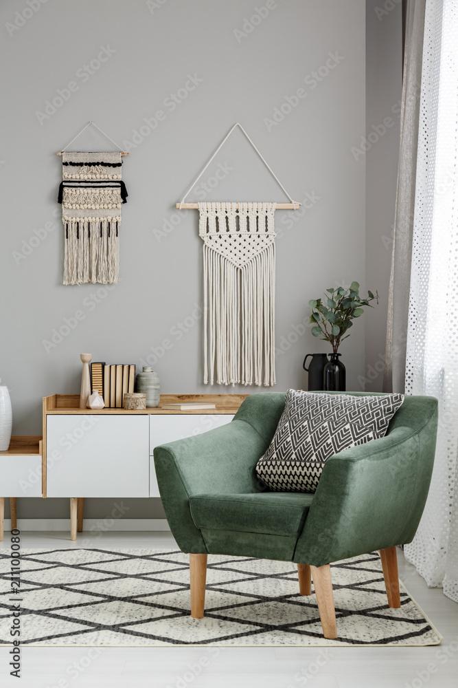 d0d3ac22d95a1 Fotografia Prawdziwe zdjęcie wnętrza salonu boho z makrama wiszącą na  szarej ścianie za wyg - Kup na Posters.pl