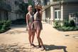 Freundinnen machen Selfi vor Wohnhaus