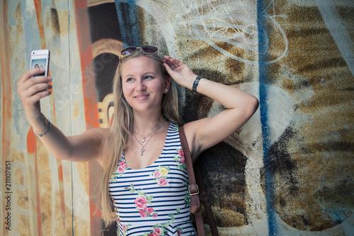 Touristin, junge Frau, macht Selfi Poster